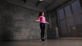 Meisje dat bij de gymnastiek uitoefent stock footage
