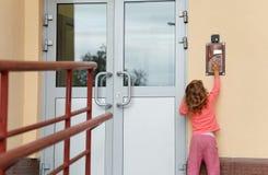 Meisje dat binnen op-deurspeakerphone roept Royalty-vrije Stock Afbeelding