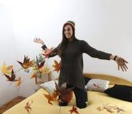 Meisje dat bladeren werpt Stock Afbeeldingen