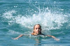 Meisje dat in blauwe overzees zwemt Royalty-vrije Stock Afbeeldingen