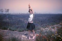 Meisje dat in bloemen danst Stock Afbeeldingen