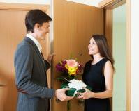 Meisje dat bloemen geeft Stock Foto
