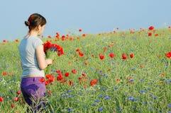 Meisje dat bloemen verzamelt Stock Foto's