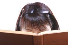 Meisje, dat Boek leest Stock Foto's