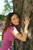 Meisje dat boom koestert Royalty-vrije Stock Fotografie