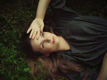 Meisje dat in bos ligt Royalty-vrije Stock Fotografie