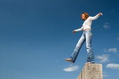 Meisje dat boven afgrond-3 in evenwicht brengt Stock Foto's