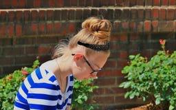 Meisje dat buiten bestudeert Stock Foto's