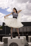 Meisje dat buiten danst stock foto
