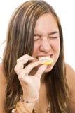 Meisje dat citroen eet stock foto's