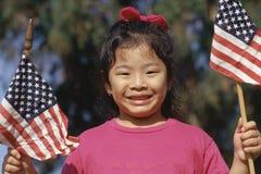 Meisje dat de Amerikaanse vlag houdt stock afbeeldingen