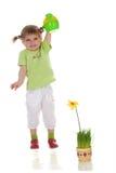 Meisje dat de bloem water geeft Stock Foto