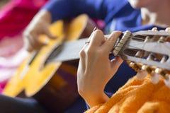 Meisje dat de gitaar speelt royalty-vrije stock afbeeldingen