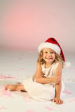 Meisje dat de hoed van de Kerstman draagt Royalty-vrije Stock Foto's