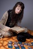 Meisje dat de kaarten leest Stock Afbeelding