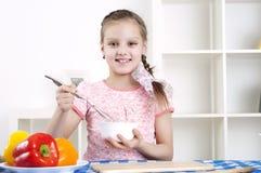 Meisje dat in de keuken werkt Stock Foto