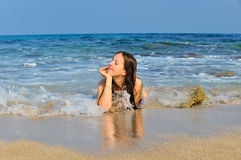 Meisje dat in de overzeese golven ligt Royalty-vrije Stock Foto's