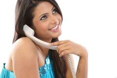 Meisje dat in de telefoon babbelt Stock Foto's