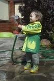 Meisje dat de tuin water geeft stock fotografie