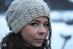 Meisje dat de witte hoed draagt Stock Fotografie