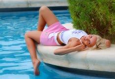 Meisje dat door de pool ligt Royalty-vrije Stock Foto's