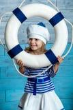 Meisje dat door een reddingslijn kijkt Stock Foto
