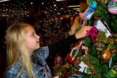 Meisje dat door Kerstmislicht wordt omringd Stock Afbeeldingen