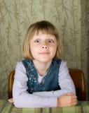 Meisje dat dwaas gezicht maakt Royalty-vrije Stock Foto