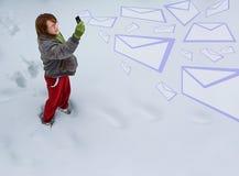 Meisje dat e-mail verzendt Stock Fotografie