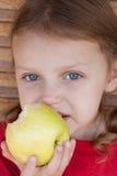 Meisje dat een appel eet Royalty-vrije Stock Afbeeldingen