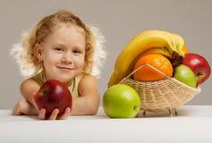 Meisje dat een appel geeft stock foto's
