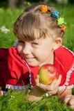 Meisje dat een appel houdt Stock Afbeeldingen