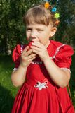 Meisje dat een appel houdt Royalty-vrije Stock Afbeeldingen