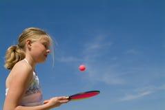 Meisje dat een balspel speelt Stock Afbeelding