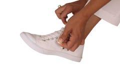 Meisje dat een band op haar schoen maakt Royalty-vrije Stock Foto