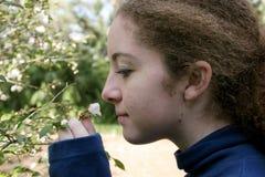 Meisje dat een Bloem ruikt Royalty-vrije Stock Foto