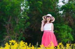 Meisje dat een Bloem ruikt Royalty-vrije Stock Fotografie