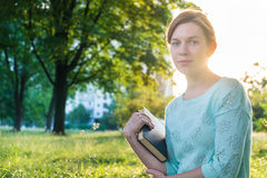 Meisje dat een boek in het park leest Stock Afbeeldingen