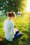 Meisje dat een boek in het park leest Stock Afbeelding