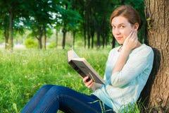 Meisje dat een boek in het park leest Royalty-vrije Stock Afbeelding