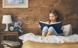 Meisje dat een boek leest Stock Afbeeldingen