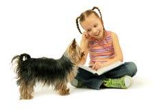 Meisje dat een boek leest Royalty-vrije Stock Afbeeldingen