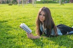 Meisje dat een boek leest stock foto
