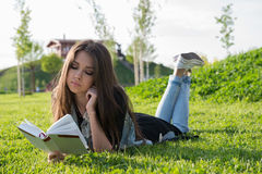 Meisje dat een boek leest royalty-vrije stock foto's