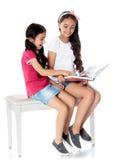 Meisje dat een boek leest Stock Foto's