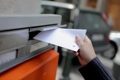 Meisje dat een brief post Royalty-vrije Stock Fotografie