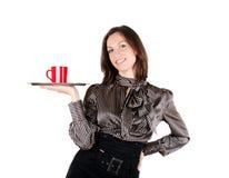 Meisje dat een dienblad met een kop van koffie houdt stock afbeelding