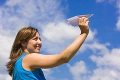 Meisje dat een document vliegtuig lanceert Royalty-vrije Stock Afbeeldingen