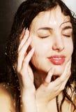 Meisje dat een douche neemt stock afbeeldingen