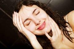 Meisje dat een douche neemt Stock Afbeelding